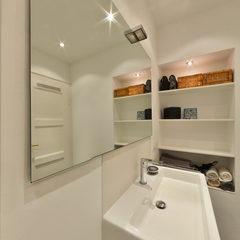 Zeitloses Duschbad mit wenig Fliesenflächen